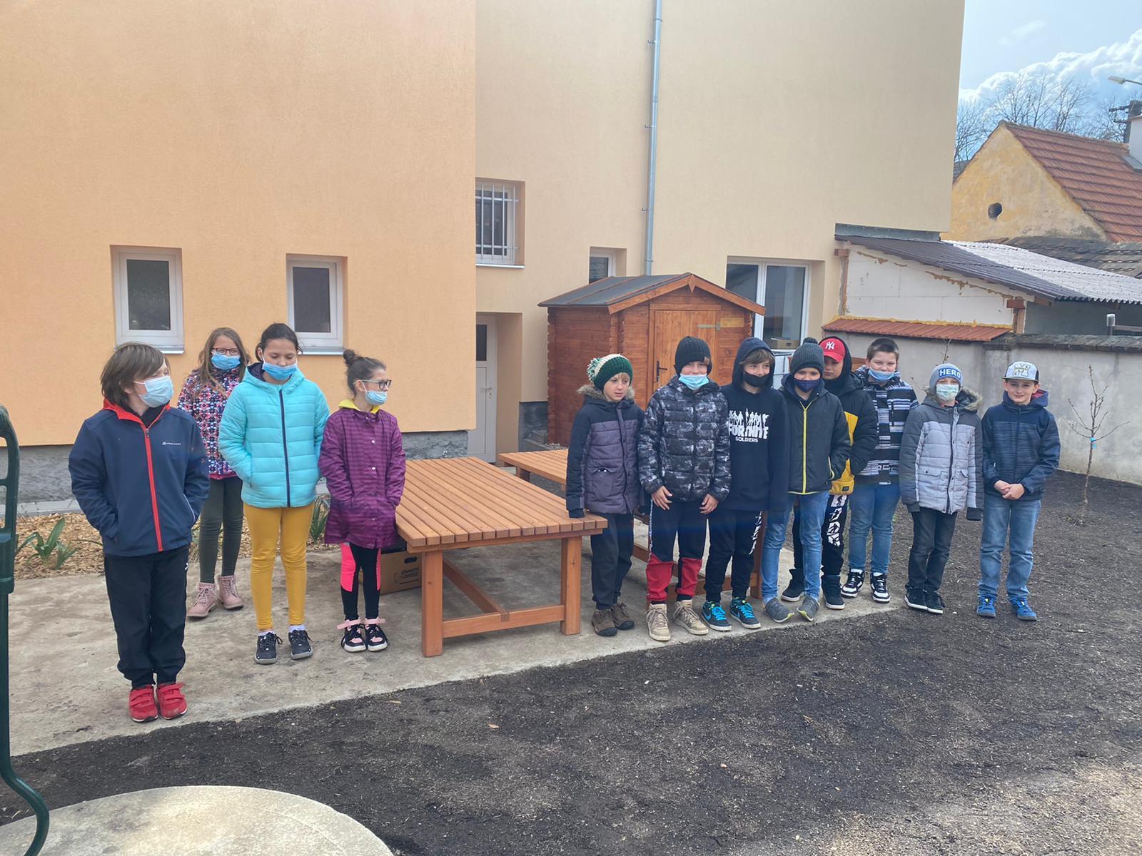 žáci základní školy na dvoře