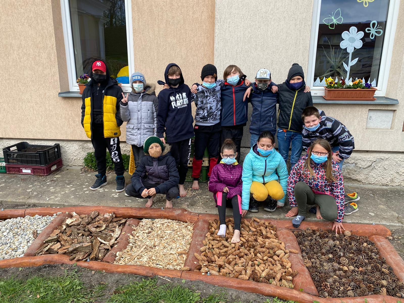 Žáci základní školy v předzahrádce